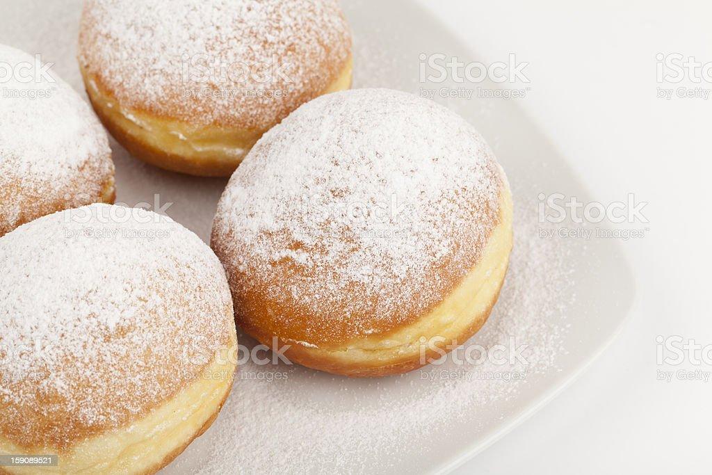 donuts auf einem weißen Teller – Foto