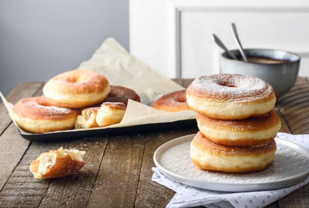 donuts - hausgemachte gebackene donuts stock-fotos und bilder