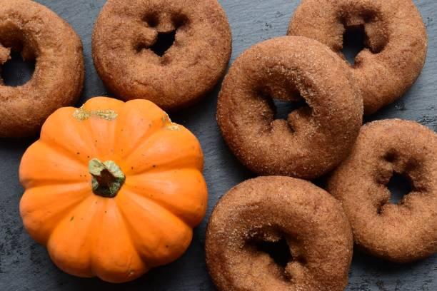 donuts - apfelweinkuchen stock-fotos und bilder
