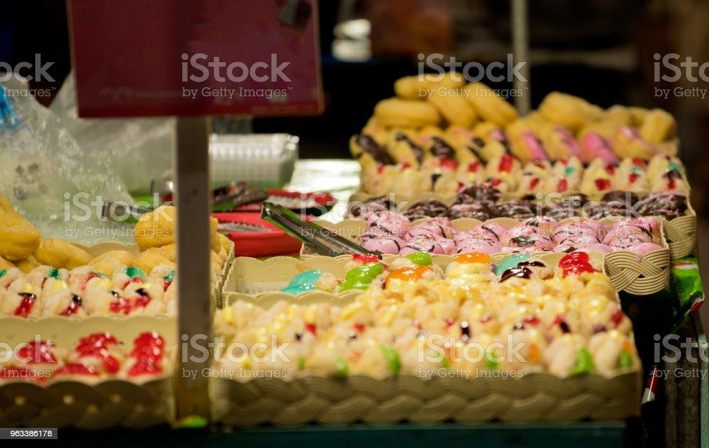 Donuts with colorful and delicious - Zbiór zdjęć royalty-free (Bez ludzi)