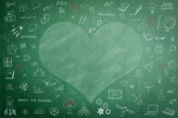 desenho de giz branco freehand do doodle no quadro verde com espaço da cópia do coração para educacional de volta à escola e ao conceito do dia dos teacherâs - professor - fotografias e filmes do acervo