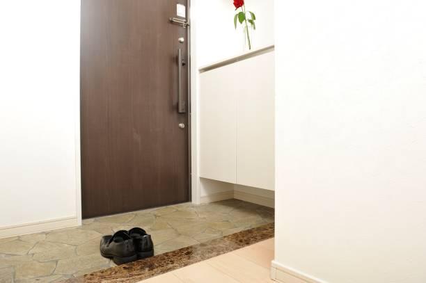 玄関と黒い革靴 - 玄関 ストックフォトと画像