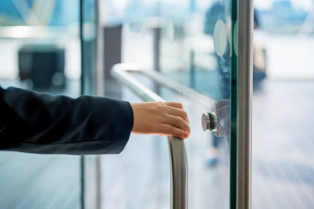 Türwächter öffnen Tür – Foto