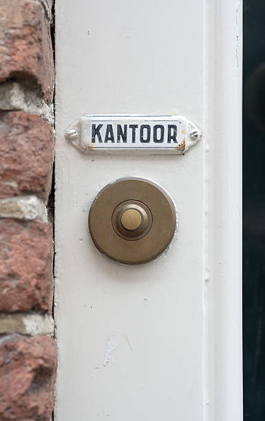 """Door bell at office doorpost A brass doorbell underneath a wihite sign """"Kantoor"""", meaning office in Dutch. kantoor stock pictures, royalty-free photos & images"""