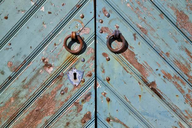 türgriffe und schlüsselloch - schlüssel dekorationen stock-fotos und bilder