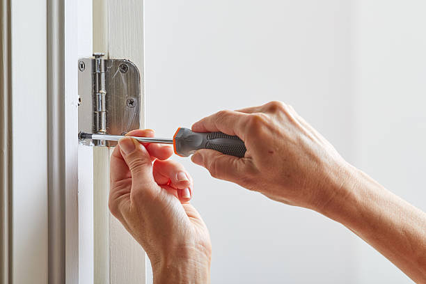 Door hinge installation. – Foto