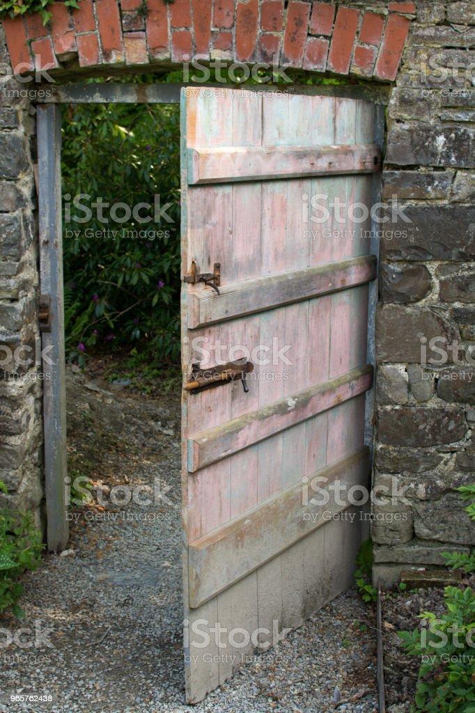 Deur in ommuurde moestuin - Royalty-free Afgesloten ruimte Stockfoto