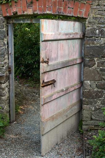 Deur In Ommuurde Moestuin Stockfoto en meer beelden van Afgesloten ruimte
