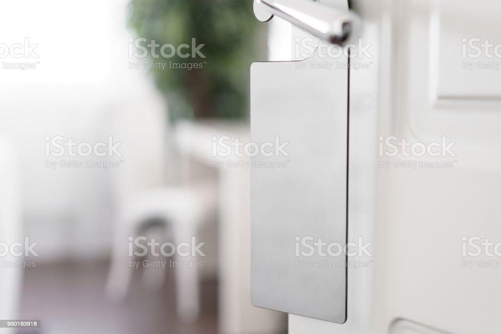 Türgriff mit leeren Label auf einen Türgriff für Ihren Text. Leere weiße Flyer Mock-up hängen am Türgriff. Broschüre Design auf Eingang Türklinke. Bitte nicht stören Schild. Hotel Zimmer klar Aufhänger. leere – Foto