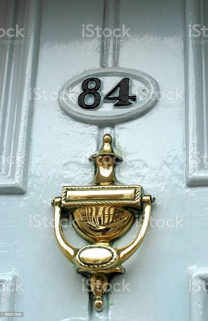 Door knocker on 84 royalty free stockfoto