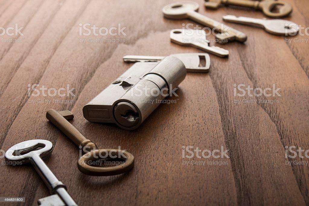 Türverschluss mit Schlüssel auf Holz Oberfläche – Foto