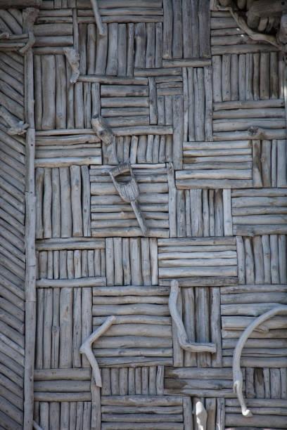 tür mit treibholz in einem muster - treibholz wandkunst stock-fotos und bilder