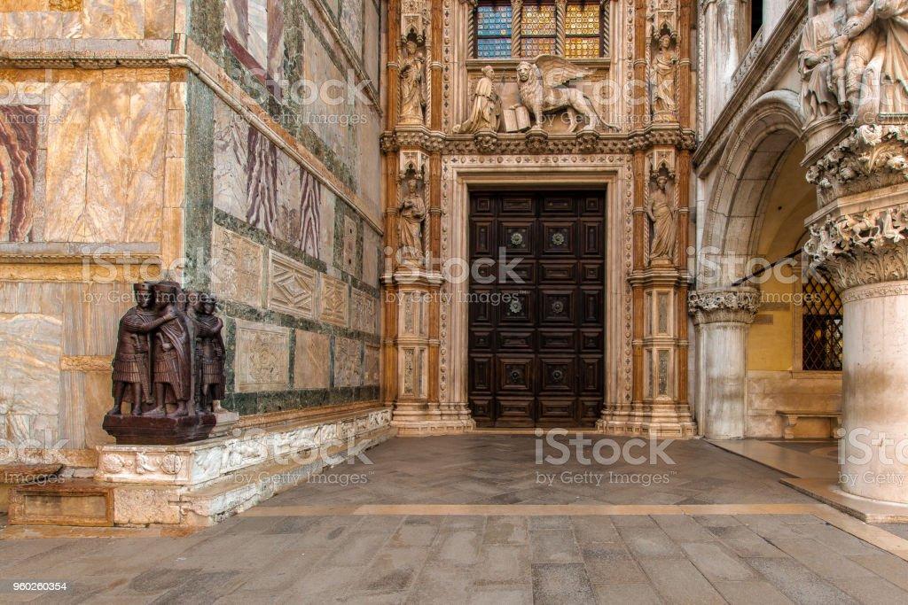Tür des Palazzo Ducale – Foto
