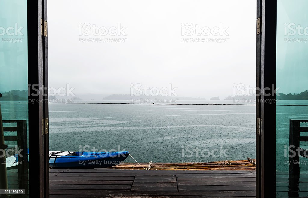 Door opening to beautiful lake view in rainy day photo libre de droits