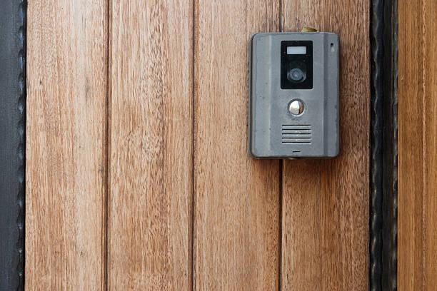 intercomunicador de porta com a câmera de segurança - going inside eye imagens e fotografias de stock