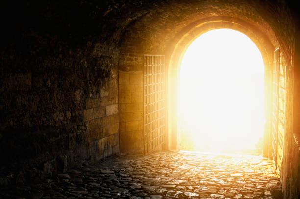 drzwi do nieba. łukowate przejście otwarte na niebo. światło na końcu tunelu. - niebo życie pozagrobowe zdjęcia i obrazy z banku zdjęć