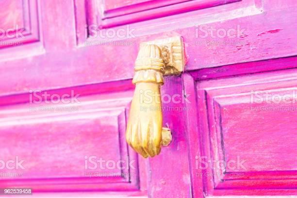 Foto de Porta Com Aldrava De Bronze Em Forma De Uma Mão Bela Entrada Para A Casa e mais fotos de stock de Antigo
