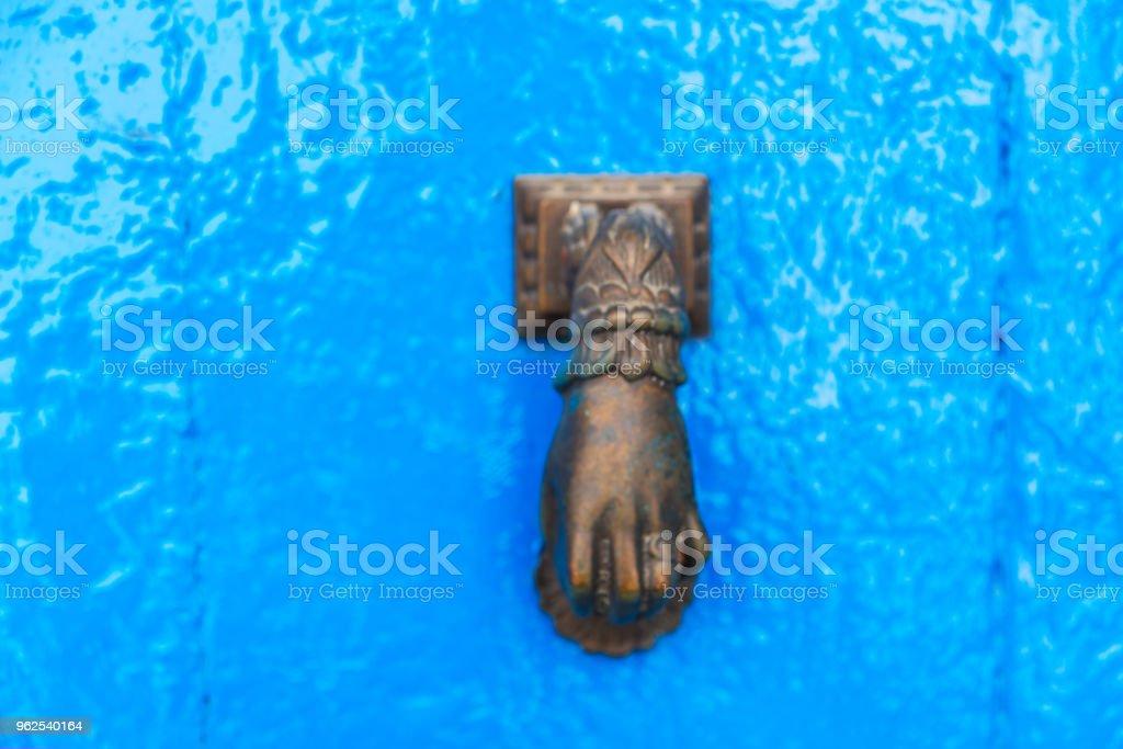 Porta com aldrava de bronze em forma de uma mão, bela entrada para a casa - Foto de stock de Antigo royalty-free