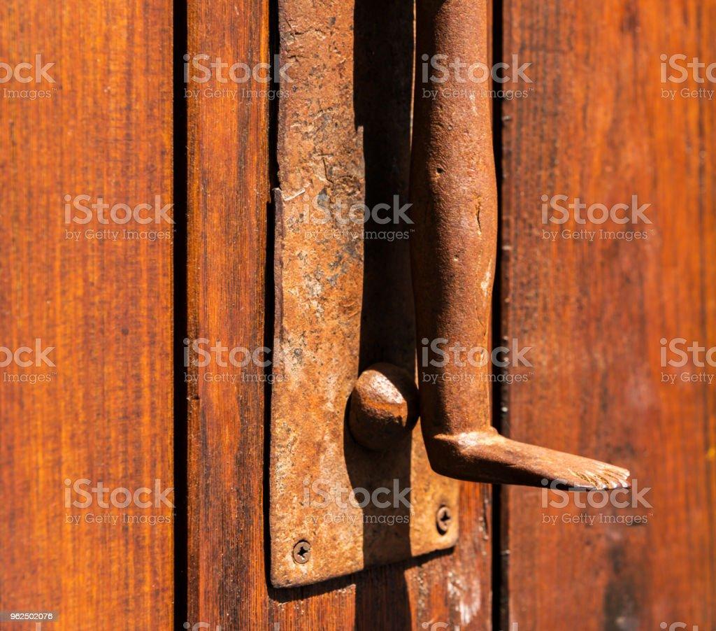 Porta com aldrava de bronze em forma de uma perna, bela entrada para a casa - Foto de stock de Antigo royalty-free