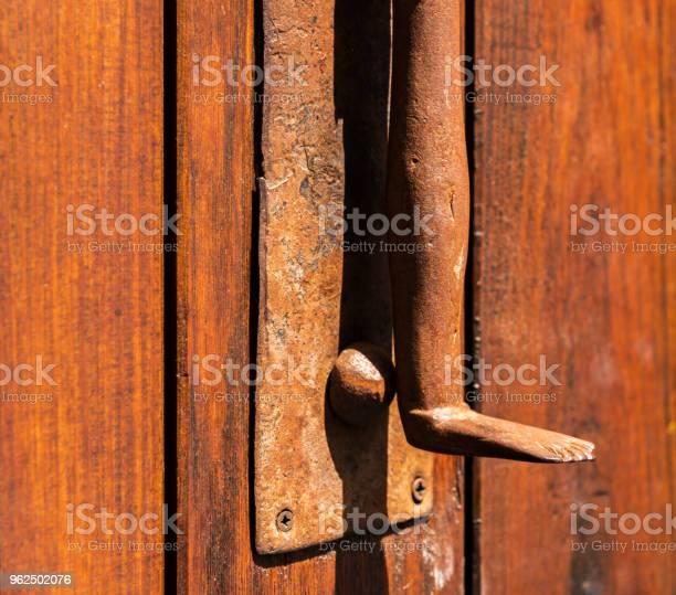 Foto de Porta Com Aldrava De Bronze Em Forma De Uma Perna Bela Entrada Para A Casa e mais fotos de stock de Antigo