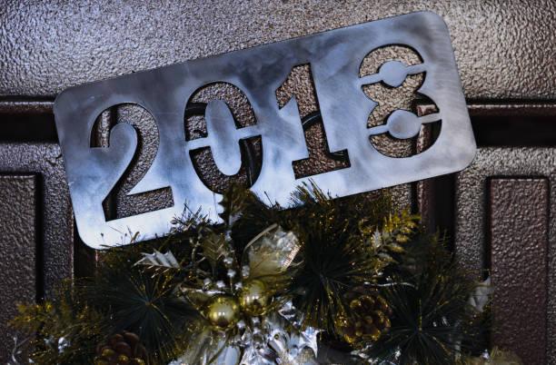 tür mit weihnachtsdekoration - buchstabentür kränze stock-fotos und bilder