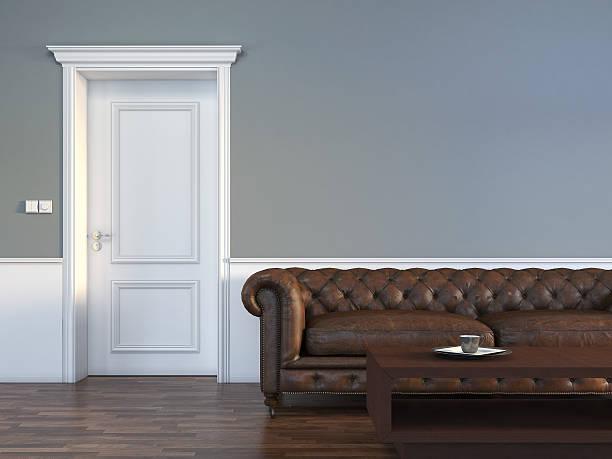 tür in leeren raum mit sofa - malerei türen stock-fotos und bilder