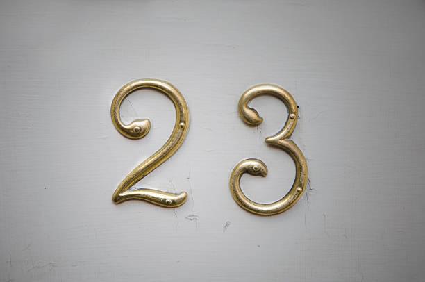 türschild mit twentythree auf sie - number 13 stock-fotos und bilder