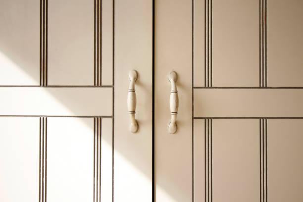 türen schrank küche griffe weiß öffnen geschlossener sonnenlicht strahl dekor - geschlossene küchen stock-fotos und bilder