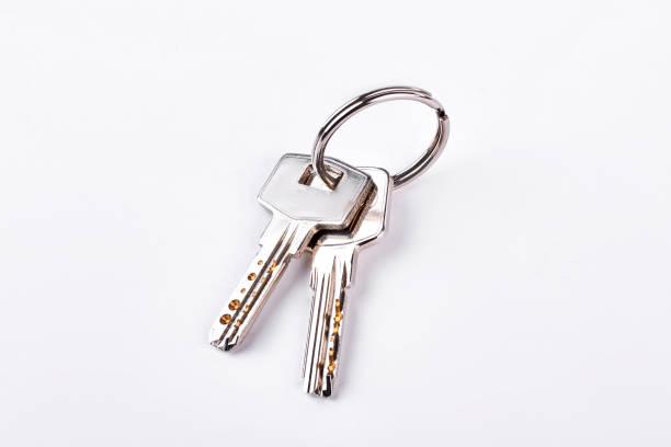 Portas chaves isoladas no fundo branco. - foto de acervo