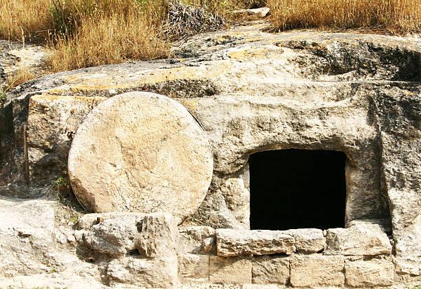 doorway to a tomb in a rock in the holy land - graftombe stockfoto's en -beelden