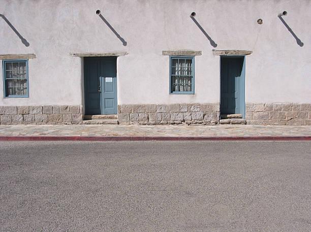 portes plus larges, tucson, arizona - adobe photos et images de collection