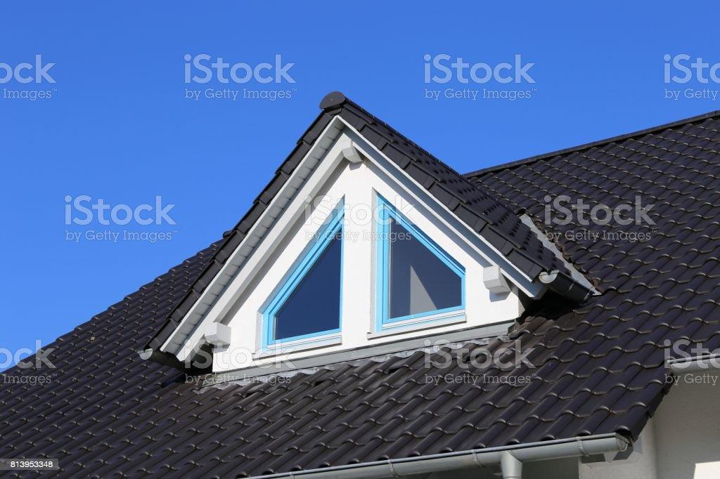 Fotograf a de tragaluces en un techo de teja nueva y m s - Tragaluces para tejados ...