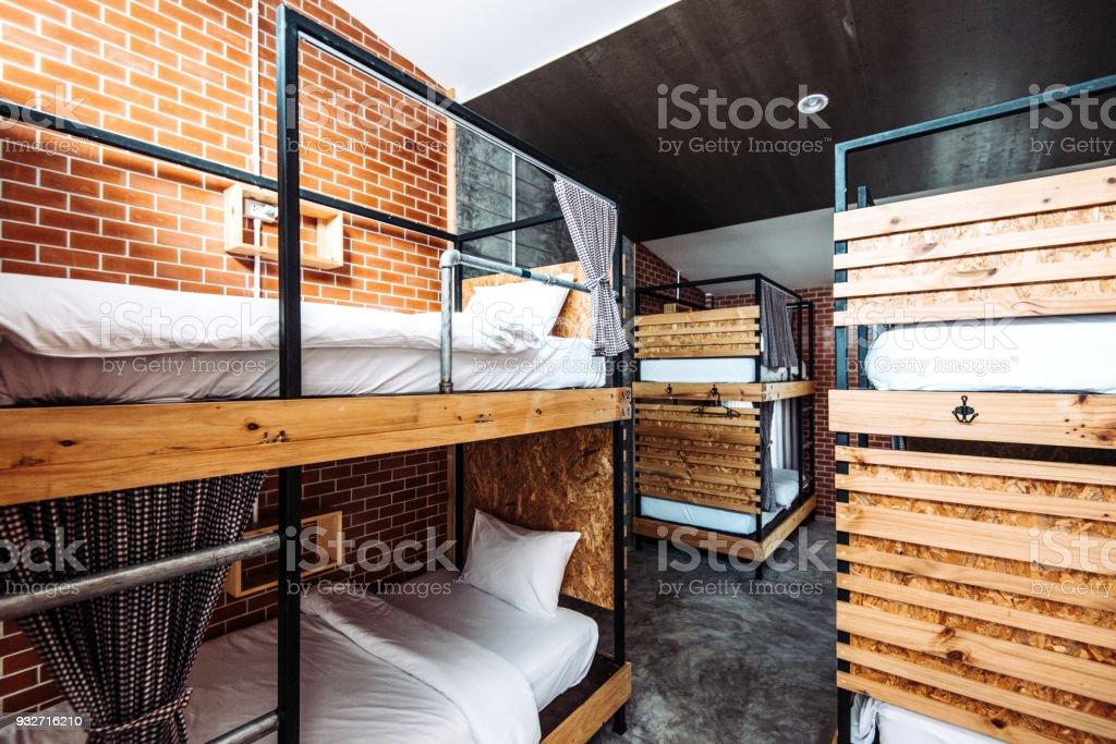 Dortoir avec des lits superposés dans l'Auberge de jeunesse moderne - Photo