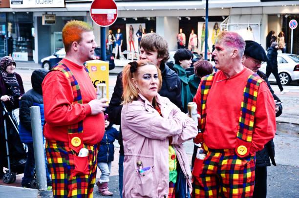 dortmunder rosenmontag-clowns auf der kampstraße: bunt gekleidete zuschauer/touristen genießen dortmunder rosenmontag (rosenmontag)-höhepunkt des deutschen karnevals, am faschingsmontag vor aschermittwoch - bier kostüm stock-fotos und bilder