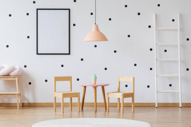 punkte-tapete und möbel aus holz - kleinmöbel stock-fotos und bilder