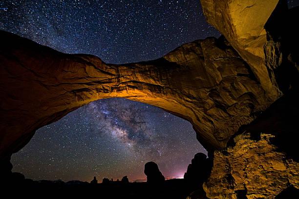 double arch milky way galaxy arches national park utah - moab utah stockfoto's en -beelden