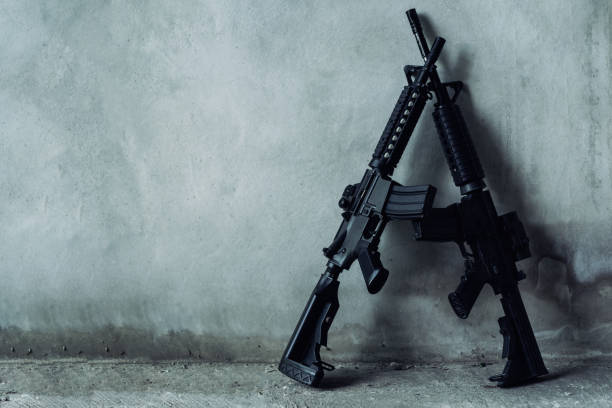 雙重突擊步槍在灰色背景, 恐怖分子, 強盜概念。 - 鎗 個照片及圖片檔
