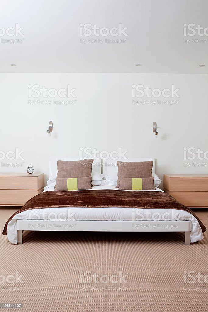 Double bed in bedroom royalty free stockfoto