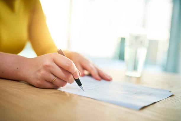 überprüfen, bevor sie auf der gestrichelten linie unterschreiben - formular ausfüllen stock-fotos und bilder