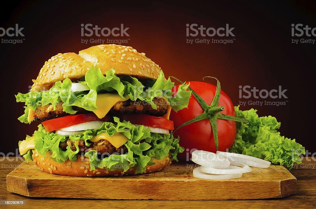 Mit cheeseburger und frischem Gemüse – Foto