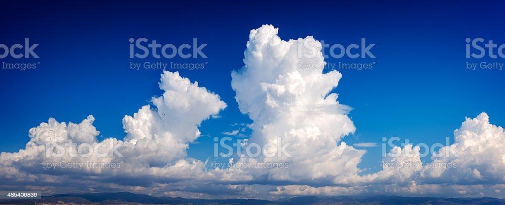 Casal Cúmulo-nimbo nuvem em um céu azul profundo foto royalty-free