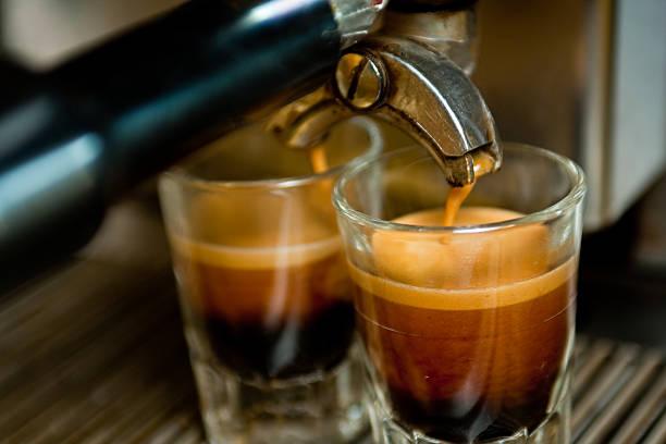 doppelten espresso-aufnahme - espresso stock-fotos und bilder