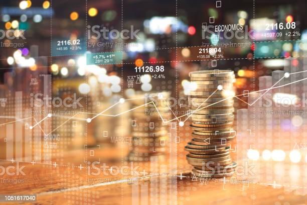그래프와 밤 시 배경에서 금융에 대 한 동전의 행 Businesss 차트 이중 Explosure 가격에 대한 스톡 사진 및 기타 이미지