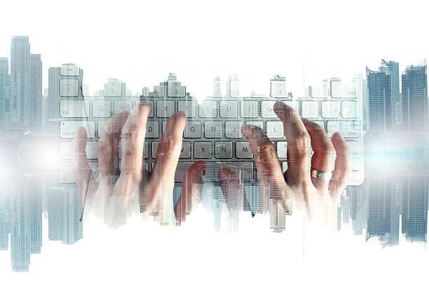 Doble exposición humana de manos con teclado - foto de stock