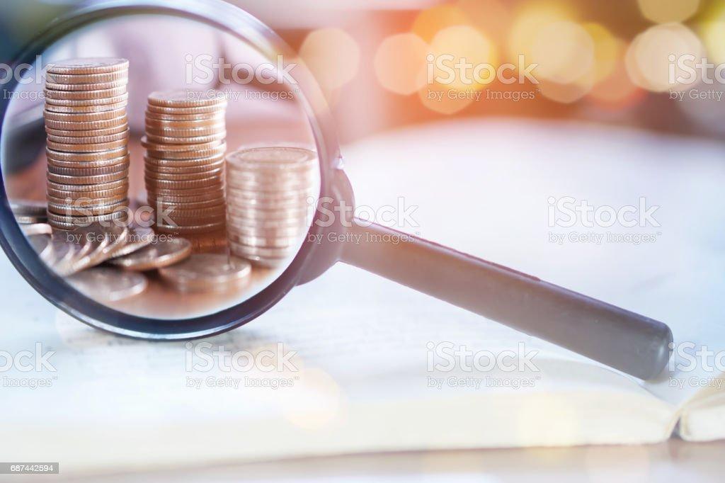 Doppelbelichtung Konzept Lupe Geschäftsfokus auf Münzen – Foto