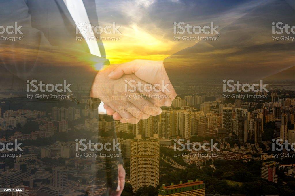 doppelte Belichtung Business Hand schütteln und Stadtbild Sonnenuntergang - können anzeigen oder montage auf Produkt – Foto