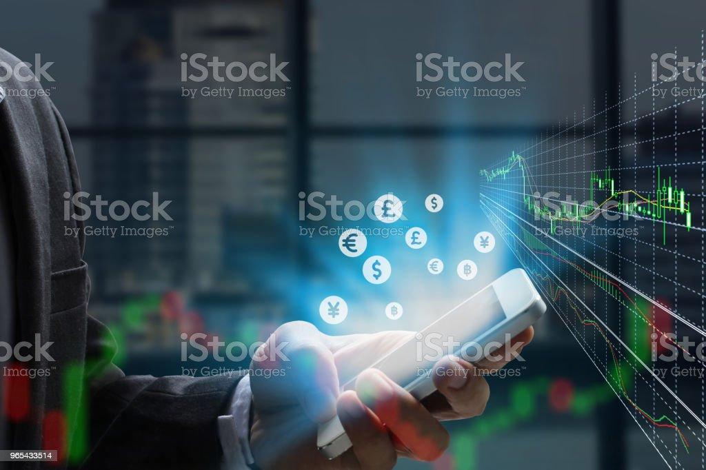 스마트 폰 및 증권 거래소 또는 외환 그래프를 사용 하 여 이중 노출 사업가 - 로열티 프리 그래프 스톡 사진