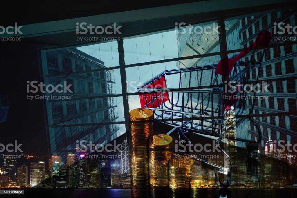 Çift pozlama sikke yığını ve alışveriş sepeti arabası şehir arka plan, iş ve Finans kavramı tablet bilgisayar ekranında. - Royalty-free Altın - Metal Stok görsel