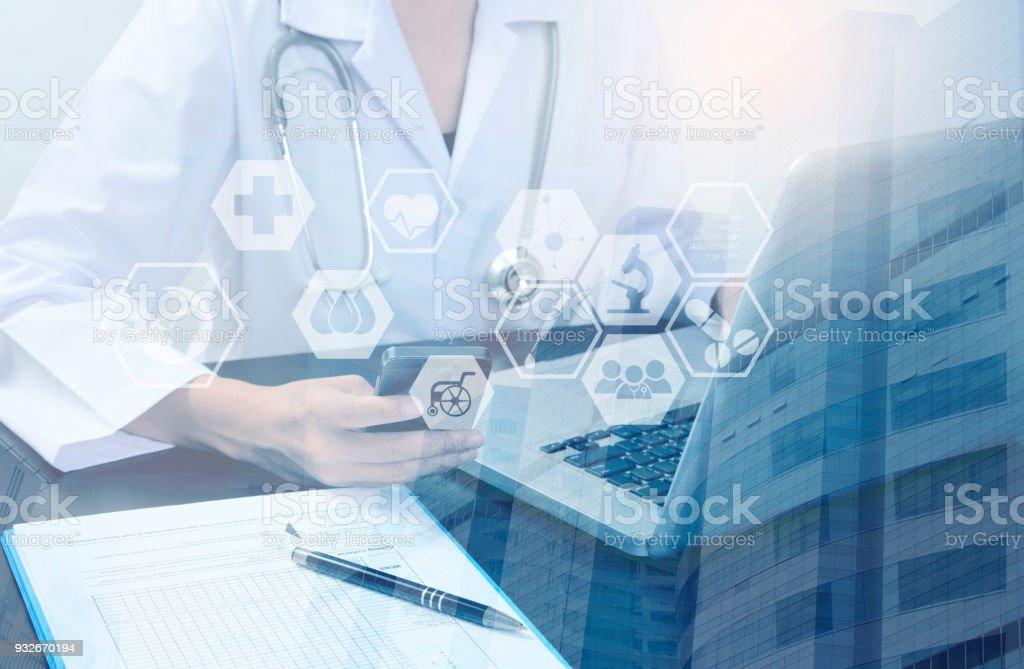 Doppelte Belichtung Gesundheitsversorgung der Medizin-Technologie-Konzept. Arzt mit Smartphone und Laptop digital Symbol Healthcare im Krankenhaus. – Foto