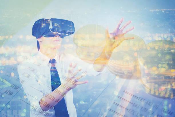 doppelte Exposition Mann mit virtueller Realität im modernen Coworking Studio. Smartphone mit VR Box 3D Virtual-Reality-Brille Kopfhörer, Geld Buch Bank Vintage Farbe – Foto